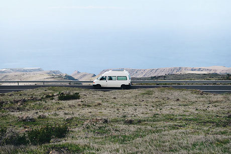 blog, reiseblog, vw bus, t4, weiß, wohnmobil, campervan, landschaft, la gomera, wiese, natur, reisen, bulli, selbstausbau, meer
