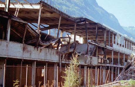 Blick auf die total zerstörte Ostfassade des Wiggispark