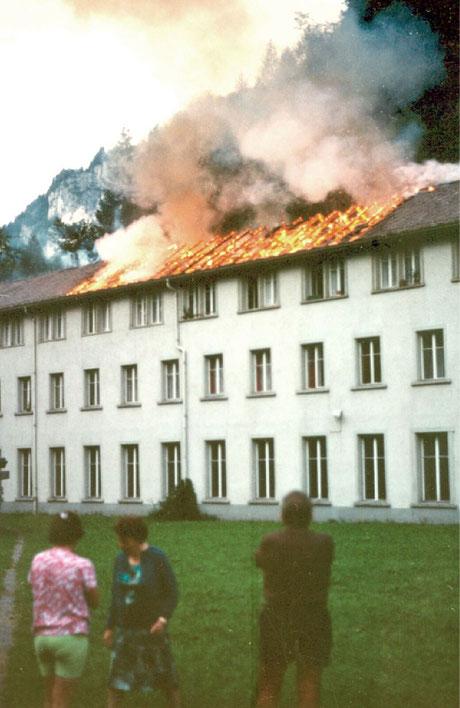 Bewohner der Langgüetli-Wohnhauses müssen tatenlos zudehen, wie ihr Hab und Gut verbrennt.