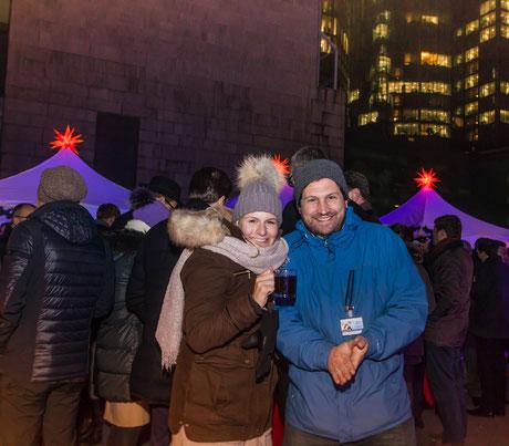 Wintermützenwetter - Glühwein und  fröhliche Gäste auf dem mobilen Weihnachtmarkt