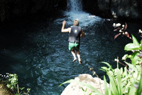 Sprung 5 m ins tiefgrüne Naturbecken