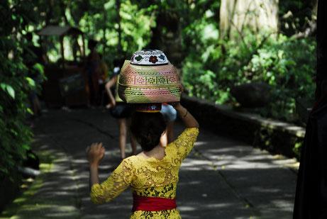 Balinesin auf dem Weg zu einer Zeremonie