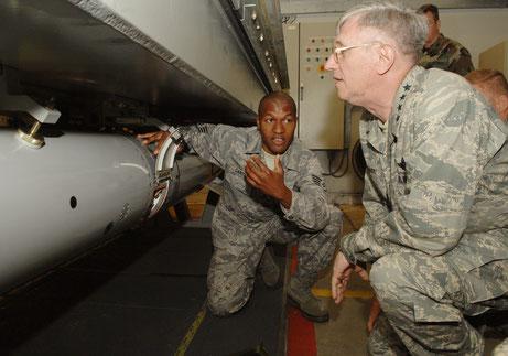 """General Roger Brady besichtigt eine Übungsbombe in der Volkel Air Base. Man sieht einen Teil des """"Weapon Storage and Security System"""" (WS3), Quelle: wikipedia"""