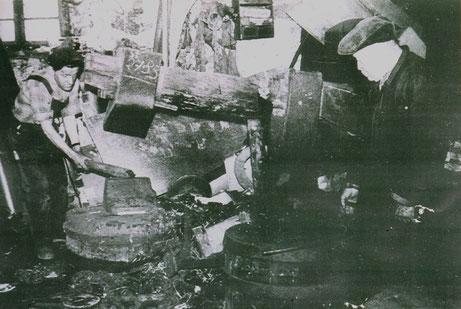 """Das """"gestellte"""" Pressefoto zeigt links Adolf Winterer und am rechten Bildrand seinen Vater, Schmiedemeister Wilhelm Winterer."""