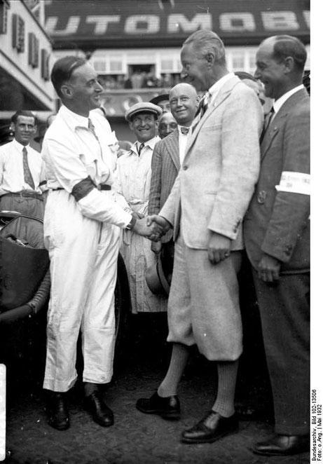 """Avus 1932, """"Der deutsche Ex-Kronprinz begrüsst freundschaftlich den Engländer Campbell, den schnellsten Mann der Welt."""" Bundesarchiv, Bild 102-13506 / CC-BY-SA"""