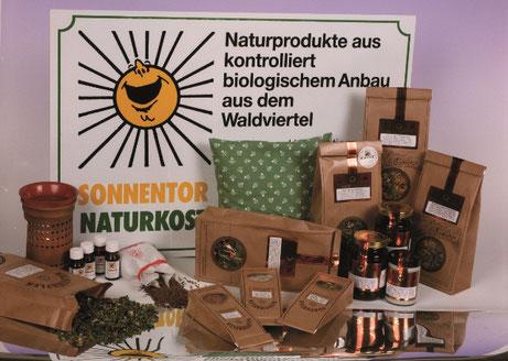 Logo hinter verschiedenen Bioprodukten