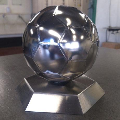 ステンレス製サッカーボールの写真