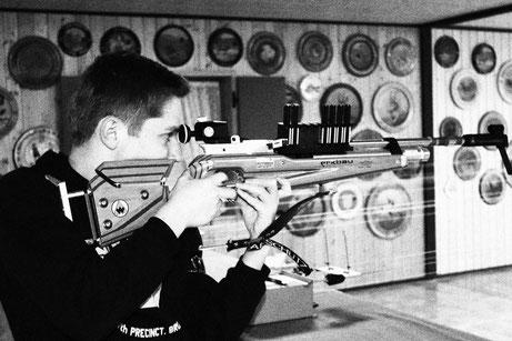 Simon Scharf von der SG Wörnitz im Stehendanschlag mit dem Biathlongewehr
