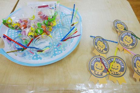 2歳児向けに、ビニル袋、モール、キャンディ、プレートを使って、キャンディレイをつくります。