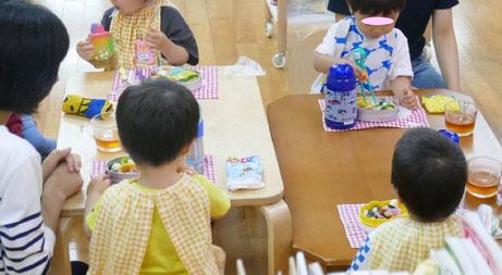幼児教室のフィオーレコース(2歳児)では、日常生活の練習として、毎回のレッスンで昼食にお弁当をみんなといっしょに食べます。