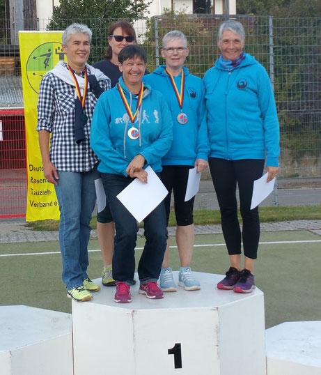 Siegerehrung bei der WS 3. Rechts Annette Kohl, links daneben Sabine Grißmer.