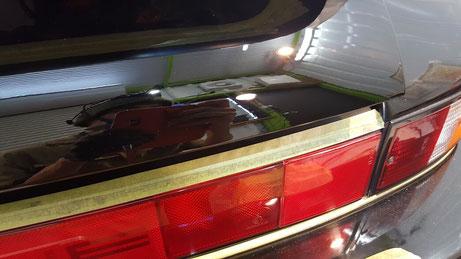 930ターボ リアウイングのエンジンフードの研磨