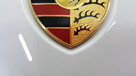 ポルシェ991のクレストの汚れ除去 埼玉の車磨き専門店