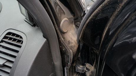 ルポGTIのドア内の汚れ 黒い車の水垢