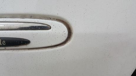 CLKのモールの黒ずみ汚れ 白い車の水垢