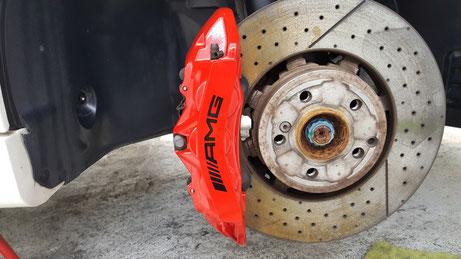 AMG・C63 ブレーキキャリパーの汚れ・ダスト洗浄 埼玉の車磨き専門店