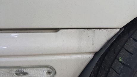 ユーノスロードスターのバンパー隙間の水アカ汚れ