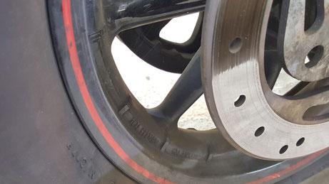 ハーレー・ロードキングのリアホイールの汚れ 埼玉のバイク磨き専門店 鉄粉除去