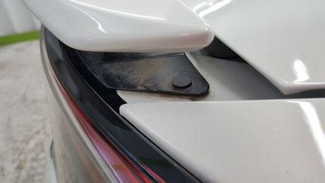 S660のリアスポイラー下の汚れ