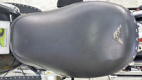 ハーレー・ロードキングのシートの汚れ除去後コーティング