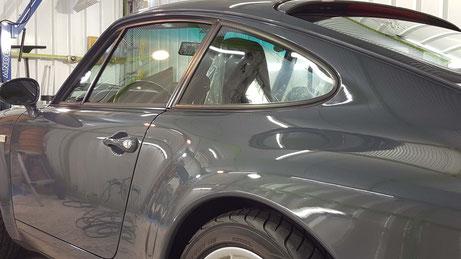 ポルシェ993のクォーターパネルの磨き 濃色車のセラミックコーティング