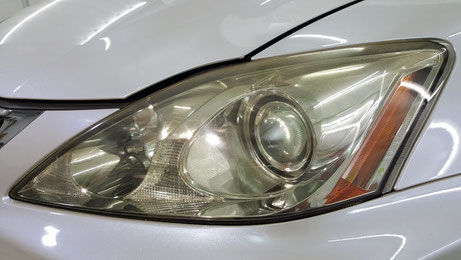 ライトが黄ばんでるレクサス 古いレクサスのヘッドライトの劣化具合