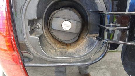 ルポGTIの給油口に溜まった汚れ