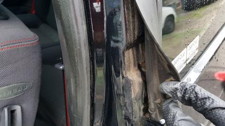 ルポGTIのドア内のゴム隙間の汚れ