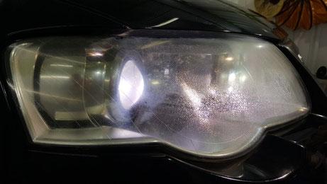 パサートヴァリアントR36のヘッドライトのひびが多くて暗い