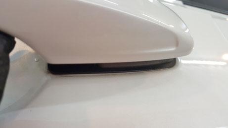 V90のドアノブの水垢・黒ずみ 白い車の隙間汚れ