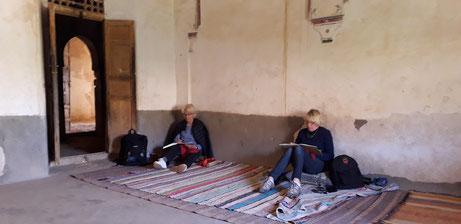 Une des salles de la grande kasbah, le temps semble emprisonné dans ses murs.  .les vivants d'avant ressurgissent, leur passage est visible, une fenêtre s'ouvre sur le passé .  Ce lieu est propre à la méditation, au silence, à la contemplation.