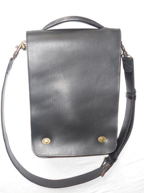 """Sacoche """"Marco"""", cuir de vachette, doublé croûte de cuir, nombreuses poches, 24*32 cm. 289 euros."""