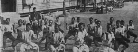 Miyagi Chojun beim Unterricht der Saifa Kata