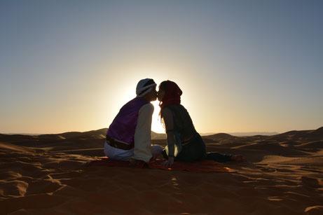 モロッコ・サハラ砂漠の夕日を背景に、ロマンチックなフォトウェディング撮影が出来ました。