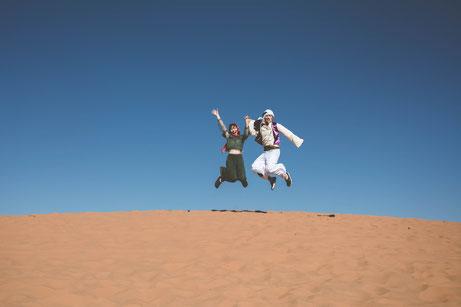モロッコ/ウェディングフォト/定番の「ジャンプで撮影」に喜ぶお二人(笑)♡