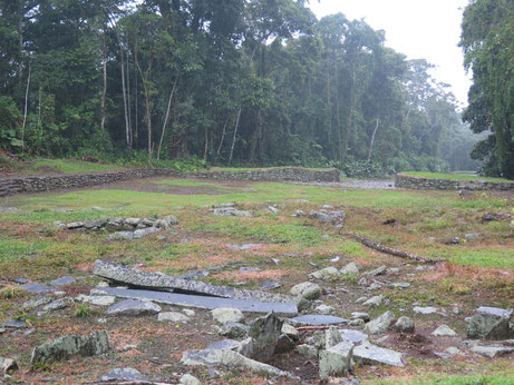 Im Vordergrund siehst du ein Grab und weiter hinten die Fundamente von Häusern. Steine. ;)