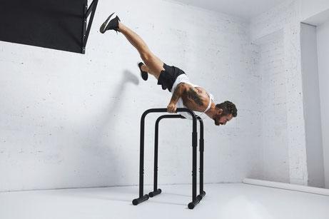 Kraft und Körperspannung im Einklang: Calisthenics Indoor und Outdoor