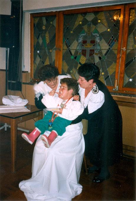 Nov. 1994 - Maria Pauly, Trudchen Olef und Marlies Kuck auf dem Kameradschaftsabend im Saal Röske