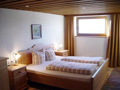 Doppelbettzimmer mit Fenster im Hintergrund