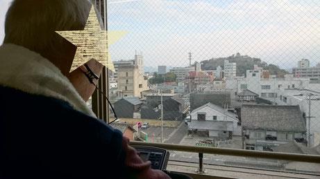 丸亀城を眺めつつ、エアロバイクを漕ぐ利用者様。この日は雲が多めですね