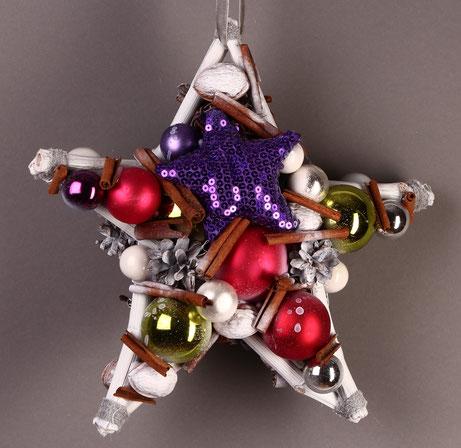 Stern mit violettem Pailletten Stern und bunten Glaskugeln.