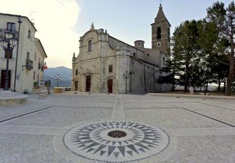 Largo San Eustachio con la chiesa sullo sfondo