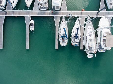 Luftbildfoto von einem Hafen
