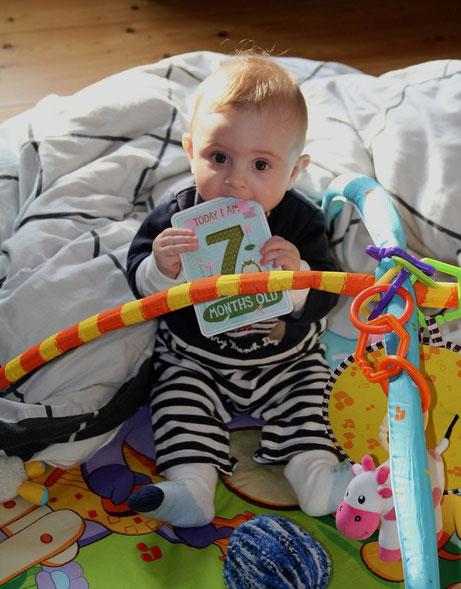 7 mois : 2 dents, tient assis, rit aux éclats et commence à se retourner (enfin !)