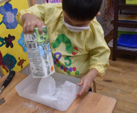 牛乳パックから出てきた大きい氷!ハンマーでわります。