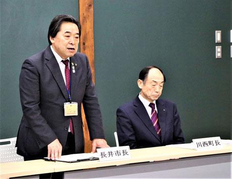 副会長の内谷重治長井市長(左)と原田俊二川西町長