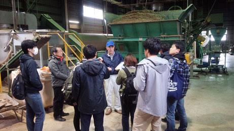 大正大学学生たちは飯豊町ペレット工場も見学