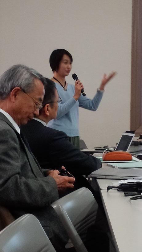 信州大学名誉教授池田敏彦氏(手前)と大正大准教授岡山朋子氏(奥)