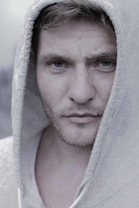 Stefan Mogel, Portrait, mysteriös, hoody, sporty, Assassin