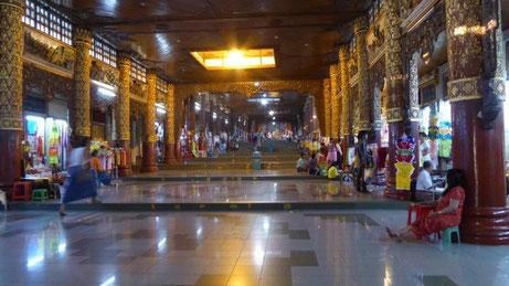 Bild: Zugang zur Shwedagon Pagode mit den vielen Devotionalienläden rechts und links